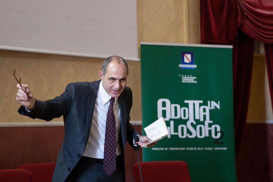 La deriva dei partiti-persona e la crisi della democrazia in Italia: l'allarme del filosofo Gennaro Carillo