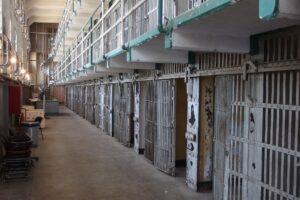 Pestaggio contro i detenuti dopo la protesta in carcere: retata all'alba contro 52 agenti di penitenziaria