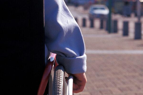 ©PIERRE ROUSSEAU/ISOPRESS/LAPRESSE 24-09-2003 CHARLEROI -BELGIO- SOCIETA' LE PERSONE DISABILI NELLA FOTO: UNA PERSONA DISABILE SU UNA SEDIA A ROTELLE