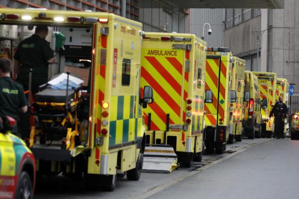 """Londra, bus pubblici convertiti in ambulanze: """"Un ricovero ogni 30 secondi"""""""