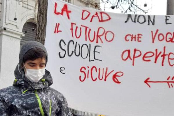 """Scuola, Genitori No Dad tornano a farsi sentire: """"De Luca non chiuda le scuole"""""""