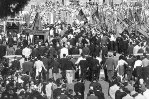 21 AGOSTO 1964 – ANNI 60, UNA GRANDE FOLLA DI PERSONE PARTECIPA AI FUNERALI DEL POLITICO PALMIRO TOGLIATTI, UOMINI, DONNE, BANDIERE, FUNERALE, (PARTITO COMUNISTA ITALIANO), B/N, 03-00012713