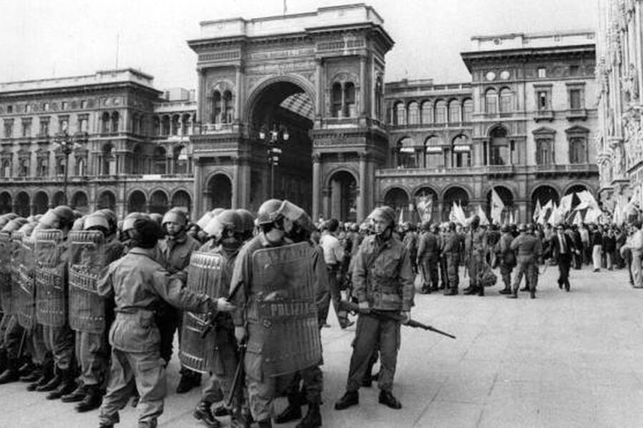 Milano e la violenza della Politica di Davide Steccanella: quanta storia tra piombo, forca e cabaret