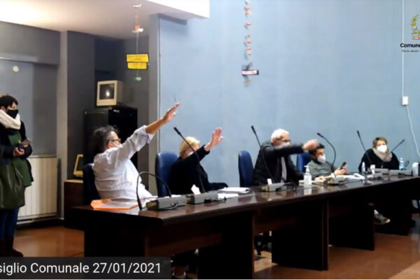 """""""Votiamo facendo il saluto fascista"""", polemica in consiglio comunale a Cogoleto nel Giorno della Memoria"""