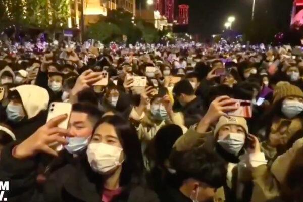"""Capodanno a Wuhan, folla nelle strade della città epicentro della pandemia: """"Loro in piazza, noi in casa"""""""