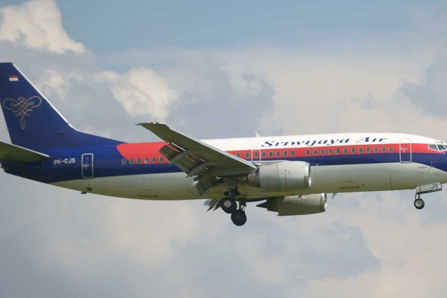 Boeing caduto in mare dopo la scomparso dai radar: a bordo c'erano 62 persone