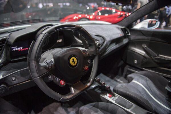 """Girava in Ferrari con il reddito di cittadinanza: un nuovo campione dell'""""abolizione della povertà"""""""