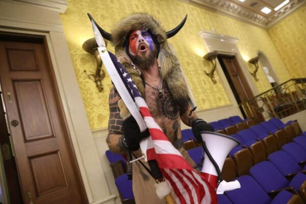 Chi è Jake Angeli, lo sciamano italoamericano che ha guidato la rivolta di Washington