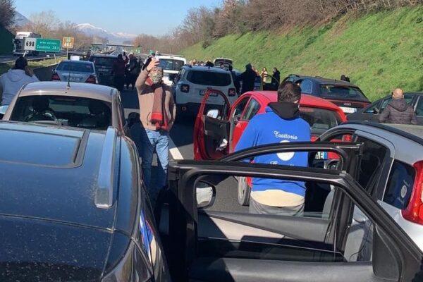 """La protesta dei ristoratori campani, 100 auto a passo d'uomo sull'A1 verso Roma: """"Fateci lavorare"""""""