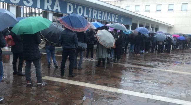 """Vaccino, cacciati 41 infiltrati dalla fila a Napoli: """"C'è chi ha spacciato mogli e figli per collaboratori, mandati via"""""""