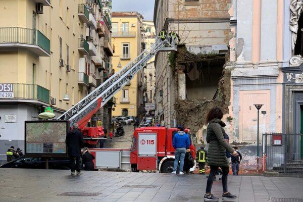Paura a Napoli, crolla la chiesa del Rosariello a piazza Cavour: traffico paralizzato
