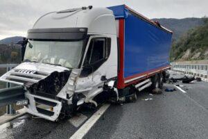 Schianto tra camion e incidente auto-furgone: un morto e un ferito in autostrada