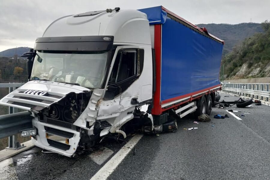 Grave incidente tra camion e auto sull'A12: quattro feriti e code chilometriche in autostrada