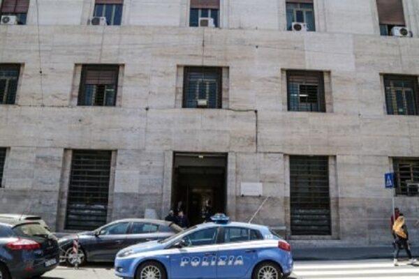 """""""Mio fratello fa il poliziotto"""", vendono orologio falso fuori la Questura e scappano con 16mila euro"""