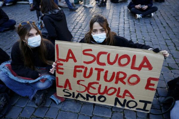 """Scuole superiori rientrano tra caos e scioperi, la Regione: """"Obbligati dal Tar"""". A Napoli 25 positivi tra studenti e docenti"""