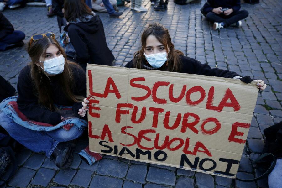 Campania, scuole nel caos: De Luca non ha un piano contro il contagio