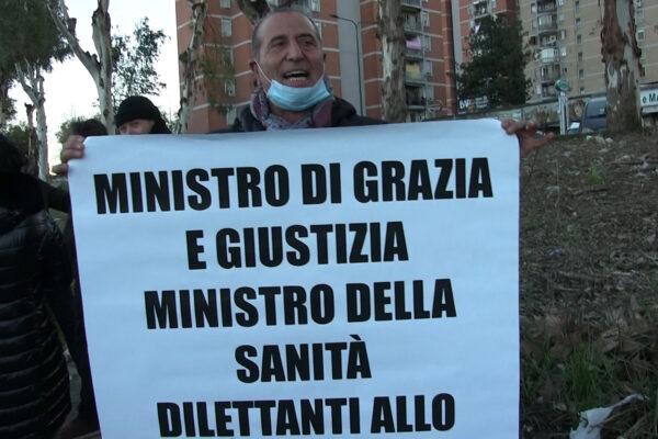 """Familiari dei detenuti protestano contro il ministro: """"Bonafede è un dilettante, vada a casa"""""""