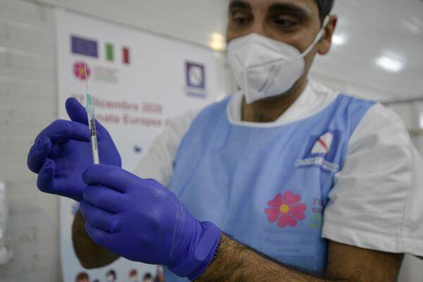 """Vaccini terminati in Campania, in arrivo altre 34mila dosi: nelle file alla Mostra d'Oltremare anche """"infiltrati"""""""
