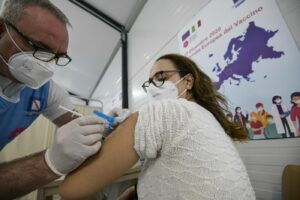 Vaccino Pfizer, ritardi nelle consegne: in Italia 240mila dosi in meno, le Regioni chiedono solidarietà