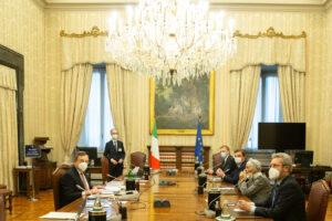 """Consultazioni, secondo giro per Draghi: nuova giravolta """"europeista"""" di Salvini sui migranti. Il M5S voterà su Rousseau"""