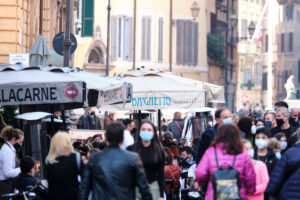 Foto Mauro Scrobogna /LaPresse 21-02-2021 Roma , Italia Cronaca Affollamento – Portico d'Ottavia Nella foto: Affollatissima a ora di pranzo la zona di ristoranti a Portico d'Ottavia  Photo Mauro Scrobogna /LaPresse February 21, 2021 Rome, Italy News Crowding – Portico d'Ottavia In the photo: The restaurant area in Portico d'Ottavia was very crowded at lunchtime