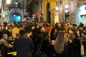 """Napoli, picco di contagi tra i 20enni: """"Inevitabile la Zona Rossa in Campania"""""""