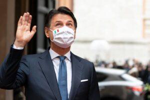 """Conte, l'addio tra le lacrime di Casalino e gli applausi di palazzo Chigi: """"Vado avanti"""""""