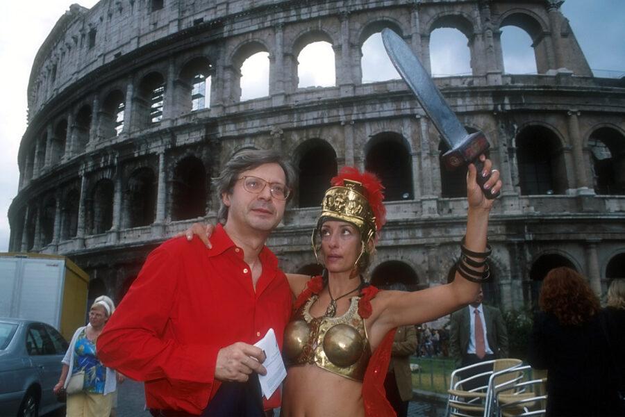 """© ROBERTO MONALDO/LAPRESSE 17-07-2002 ROMA POLITICA NELLA FOTO VITTORIO SGARBI CON UNA RAGAZZA""""CENTURIONE"""""""