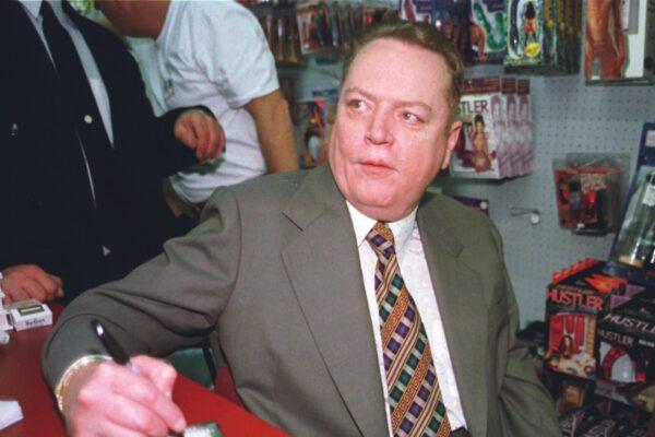 """Chi era Larry Flynt, l'imprenditore dell'hard morto a 78 anni che aveva messo una """"taglia"""" su Trump"""