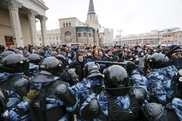 """La Russia espelle diplomatici Ue e si difende: """"Anche in Italia picchiano i manifestanti"""""""