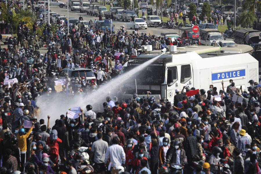 """Proseguono le proteste in Myanmar, risposta dura della polizia: """"Minacciano stabilità dello Stato"""""""
