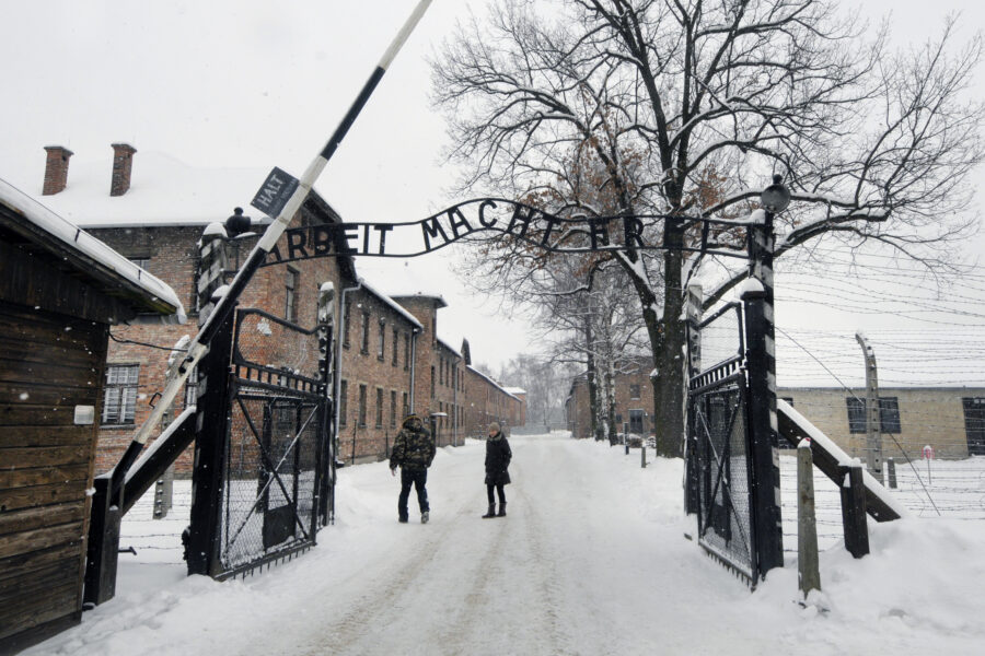 """""""Gas agli ebrei"""" e """"spariamo ai gay"""": 13enne condannato per terrorismo nazista, è il più giovane della storia"""
