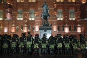 """Condanna Navalny, la Russia soffoca le proteste con 1.300 arresti e si difende: """"Violenza giustificata"""""""