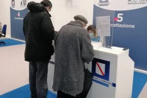 """Mancano le dosi Pfizer, a Napoli vaccinazione sospesa agli anziani: """"Distribuzione non equa"""""""