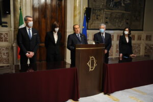 Draghi mette in crisi Forza Italia: nel partito è tutti contro tutti (e iniziano le uscite)
