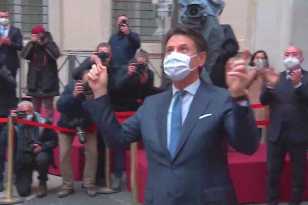 """""""Applauso di Palazzo Chigi a Conte senza precedenti"""", l'ultima fake di Casalino"""