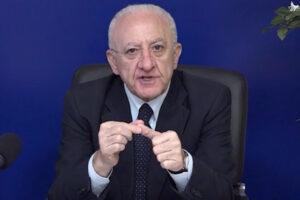 """De Luca, ultimatum a Draghi e Figliuolo: """"Un cittadino, un vaccino: dosi ad autisti, commessi e postali"""""""
