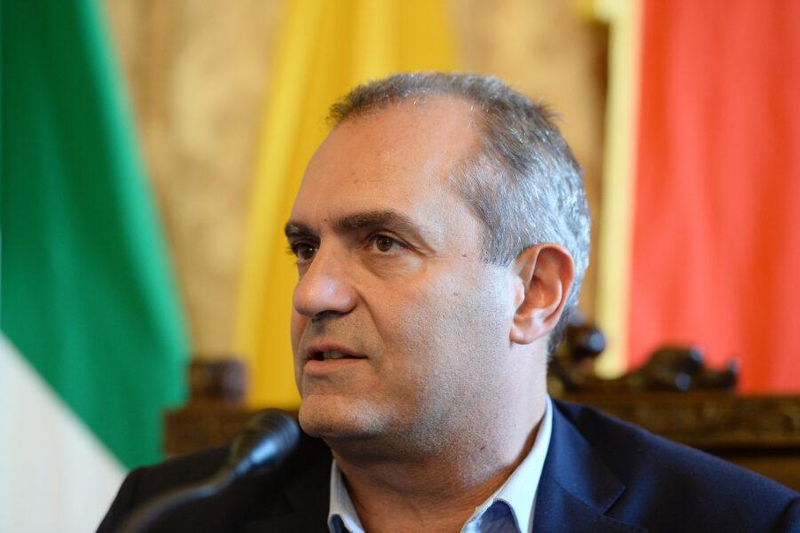 Napoli cade a pezzi, ma de Magistris pensa alla campagna elettorale in Calabria…
