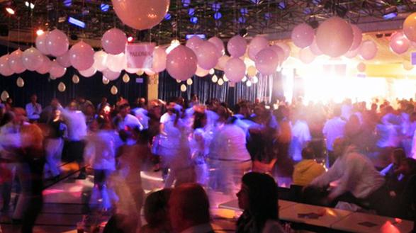 Party covid free con dj, buffet e camere fittate, scatta il blitz in albergo: 59 persone sanzionate