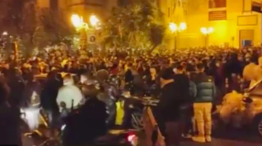 Napoli torna Arancione, folla sul Lungomare: maxi assembramento nella piazza della movida