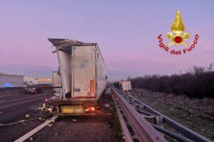 Grave incidente tra camion sull'autostrada A1: tir si ribalta fuori strada, tre feriti in ospedale