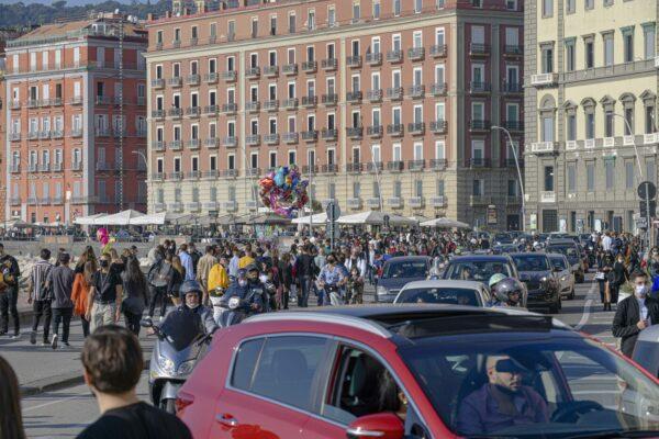 Campania zona arancione, ma a Napoli folla e clima da festa dal Lungomare al centro