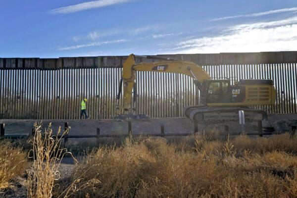 """Biden ferma la costruzione del 'muro di Trump': """"Non sprecheremo i soldi degli americani"""""""