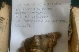 """Visitatore pentito restituisce reperto trafugato a Pompei 50 anni prima: """"Mi vergogno, scusate"""""""