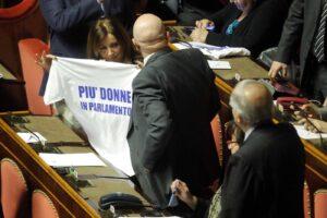 Anche in Campania la politica è solo per uomini: poche donne tra comune e regione