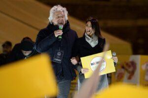 """Grillo blinda la Raggi: """"Roma ha ancora bisogno di te"""". Salta l'alleanza col Pd per la Capitale?"""