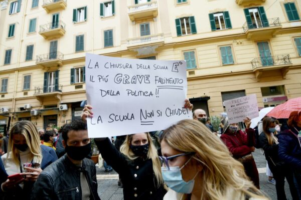 Campania, scuole superiori verso stop: senza sicurezza fanno bene i ragazzi a protestare