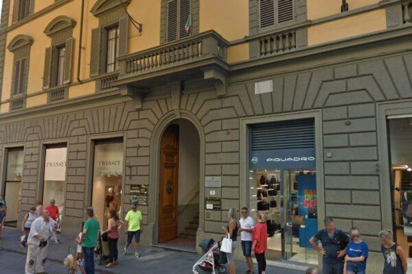 Studente di 21 anni precipita dal quarto piano e muore, giallo a Firenze