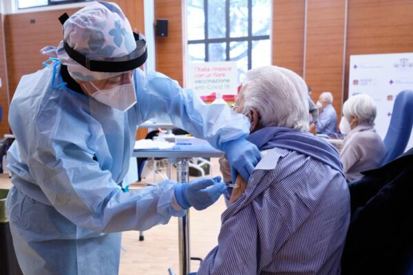 """Coronavirus, Gimbe lancia l'allarme: """"Serve lockdown di 2-3 settimane, vaccinazioni a rilento"""""""