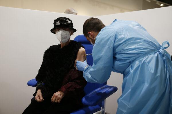 Cos'è il modello inglese per la vaccinazione: il nuovo piano del governo Draghi